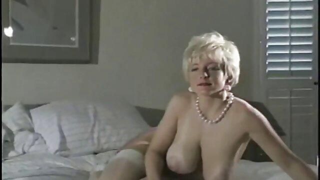 माँ, अश्लील मॉडल लोगों हिंदी सेक्सी मूवी पिक्चर को जगा और उसे उसके साथ यौन संबंध बनाने